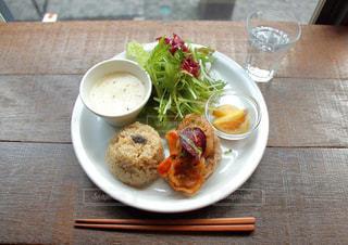 テーブルの上の皿の上に食べ物のボウルの写真・画像素材[737396]