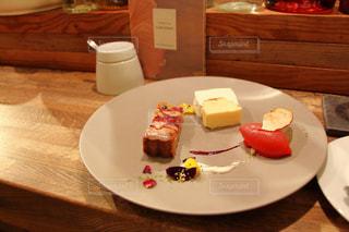 テーブルの上に食べ物のプレートの写真・画像素材[800063]