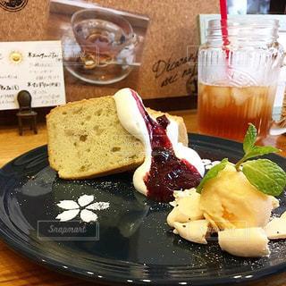 テーブルの上に食べ物のプレートの写真・画像素材[801112]