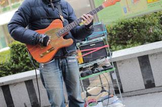 ギターを抱えて男の写真・画像素材[801951]