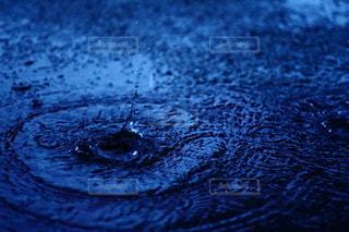 非常に暗い水の写真・画像素材[811946]