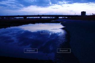 水の体の上を橋を渡る列車の写真・画像素材[811949]