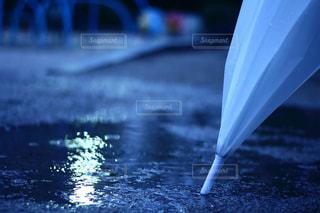 近くに傘のアップの写真・画像素材[811950]