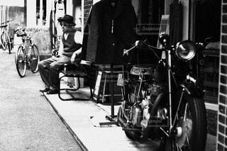 バイクの横に立っている人の写真・画像素材[813125]