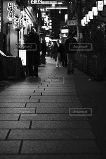 歩道を歩いている人のグループの写真・画像素材[815546]