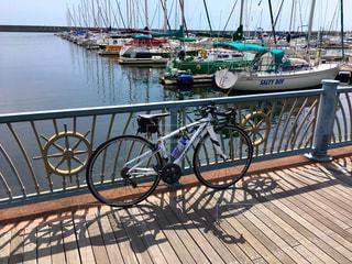 水でドックの横に自転車を駐車します。の写真・画像素材[985202]