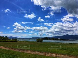 空の雲と大規模なグリーン フィールドの写真・画像素材[1393799]