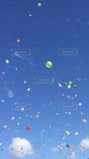 青空に飛んでいく風船の写真・画像素材[817096]