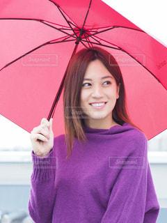 ピンクの傘を持った女性の写真・画像素材[844140]