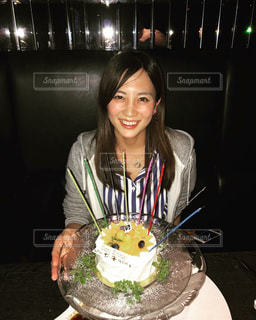 ケーキでテーブルに座っている女性の写真・画像素材[844588]