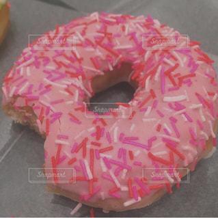 大きなピンクのドーナツの写真・画像素材[853003]