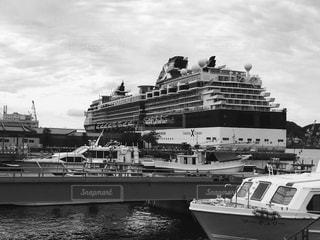 水の中の大型船の写真・画像素材[853110]