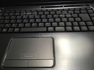 近くにコンピューターのキーボードのの写真・画像素材[922593]