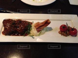 仔牛肉とレーズンとビーンのソースの写真・画像素材[804015]