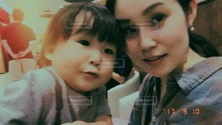 小さな男の子と母親の写真・画像素材[766918]