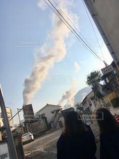 それから出てくる煙を持つ人の写真・画像素材[1103277]