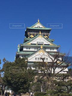 大きな時計塔バック グラウンドで大阪城を背景にの写真・画像素材[1104342]