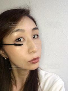 近くに黒い髪と白いシャツを着ている女性のの写真・画像素材[823637]