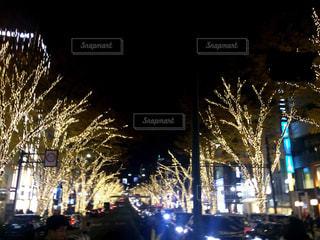 夜のトラフィックでいっぱい街の通りのビューの写真・画像素材[915025]