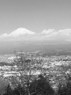 背景の大きな山の写真・画像素材[820785]