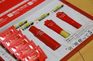 テーブルの上の赤い本 - No.773932