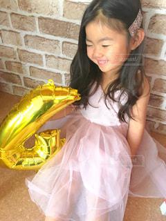 黄色いドレスを着たマドックス・ジョリー・ピットの写真・画像素材[2374150]