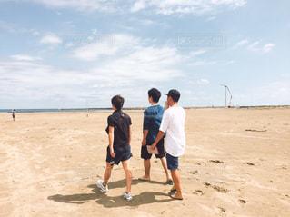 砂浜に立つ人々 のグループの写真・画像素材[740257]