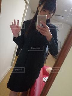 カメラにポーズ鏡の前に立っている女性 - No.960474