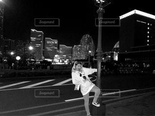 女性が通りを歩いています。の写真・画像素材[847260]