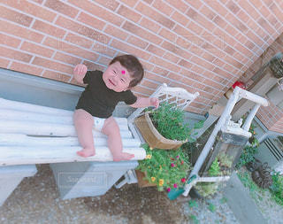 ベンチに座っている赤ちゃんの写真・画像素材[1371515]
