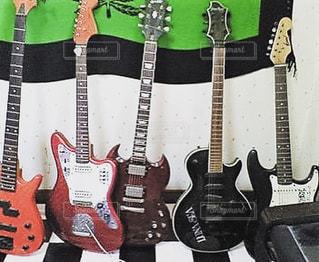 近くにギターのアップ - No.818339