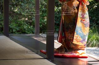 テーブルの上の花の花瓶 - No.783640