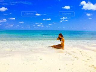 女性,海,夏,海水浴,自由,水着,日焼け,リラックス,旅行,ハワイ,Hawaii,夏休み,バケーション,海外旅行,ビキニ,開放感,悩み中,考え中,きれいな海,ビキニの女性,ビキニ姿