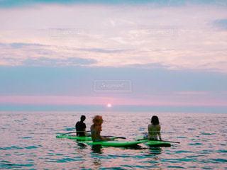 水の中に座っている人々 のカップルの写真・画像素材[987383]