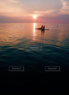 水の体に沈む夕日の写真・画像素材[987385]