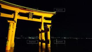 夜景の中の鳥居の写真・画像素材[1683564]