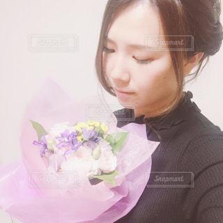 花束と女性の写真・画像素材[892985]