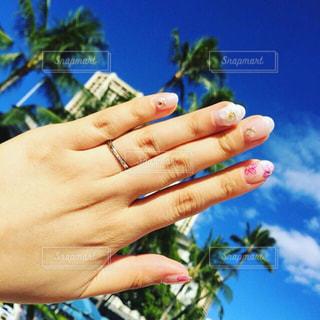 ハワイの空、ブライダルネイル、結婚指輪の写真・画像素材[894700]