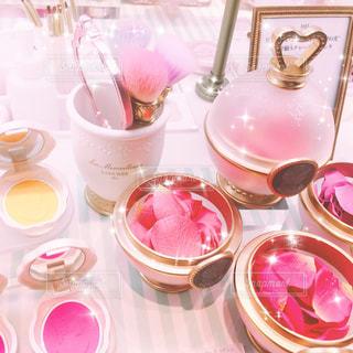 テーブルの上のピンクの花のグループの写真・画像素材[903011]