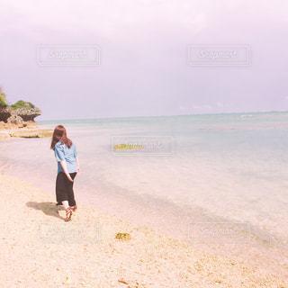 砂浜の上に立っている人の写真・画像素材[1033419]