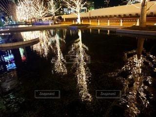 夜,夜景,屋外,水面,反射,樹木,イルミネーション,明るい,グランフロント大阪,シャンパンゴールド