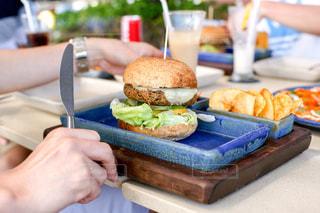 食品のプレートをテーブルに着席した人の写真・画像素材[859258]