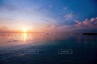 水の体に沈む夕日の写真・画像素材[867801]