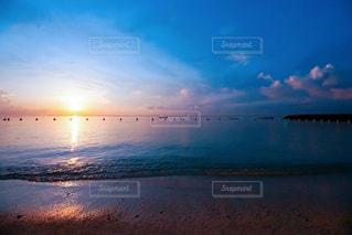 水の体に沈む夕日の写真・画像素材[867808]