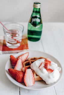 料理とテーブルの上の瓶のプレートの写真・画像素材[913576]
