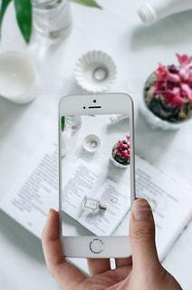 携帯電話を持つ手の写真・画像素材[1037013]