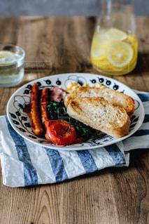 テーブルの上に食べ物のプレートの写真・画像素材[1154588]