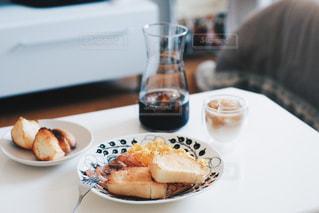 食品やコーヒー テーブルの上のカップのプレートの写真・画像素材[1169522]