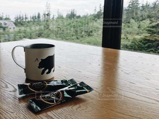 テーブルの上のコーヒー カップの写真・画像素材[1308014]