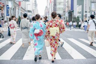 街の通りを歩いている人のグループの写真・画像素材[1366710]